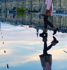Des gens étonnants à Bordeaux - Ils marchent sur l'eau (Thierry.Vaye) Tags: femme bordeaux reflets chaussures placedelabourse élégance miroirdeau