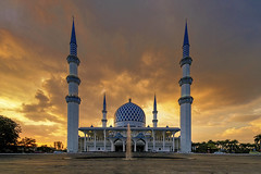Masjid Sultan Salahuddin Abdul Aziz Shah, Shah Alam (Nur Ismail Photography) Tags: islamic islam placeofwprship sunset sony a6300 ilce6300 masjid mosque shahalam statemosque bluemosque frozenlite nurismailphotograpy dome minarets fountain colours skies cloudy
