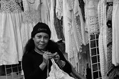 Cubana que borda (heraldeixample) Tags: heraldeixample cuba gent people gente pueblo popular habana havana dona woman mujer frau femme fenyw bean donna mulher femeie 女人 kadın женщина หญิง boireannach kobieta somrís smile sonrisa sourire somriure lächein grin bordado brodat embroidery broderie albertdelahoz