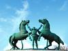 heben sie hoch das bein ... | lisboa | 1702 (feliksbln) Tags: lisboa lisbon lissabon himmel sky cielo azul blue blau statue estatua pferde horses caballos mann man hombre geometrie geometry geometría skulptur esculptura sculpture grün green verde