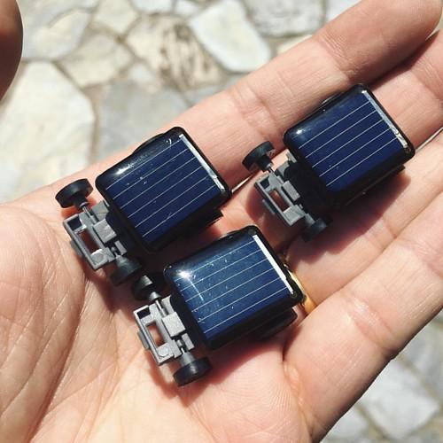 Bienvenidos al futuro! Todavía no puedo creer que pagué $990 pesos chilenos (menos de un dólar y medio) por tres autos solares eléctricos de juguete tremendamente sofisticados en una juguetería cerca de mi casa. Menos de medio dólar cada uno y aún así tod
