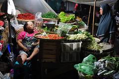 Bargaining in Pasar Legi - Surakarta (Solo City) (ARIAMAN) Tags: solo surakarta kotasolo jawa java jawatengah indone indonesia market traditional tradition pasar pasarlegi bargain