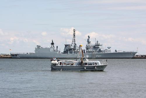 Deutsche Marine: Verkehrsboot V 3 und Fregatte Klasse 122 FGS F 211 KÖLN (a.D. 31. Juli 2012) im Marinestützpunkt Wilhelmshaven