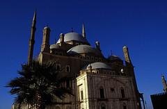 Ägypten 1999 (683) Kairo: Muhammad-Ali-Moschee (Rüdiger Stehn) Tags: moschee sakralbau historischesbauwerk muhammadalimoschee alabastermoschee gebäude minarett afrika ägypten egypt nordafrika bauwerk kairo alqahira urlaub dia analogfilm scan slide 1980er diapositivfilm analog kleinbild kbfilm 35mm canoscan8800f altstadt zitadellevonsaladin festung zitadelle profanbau turm saladincitadel qalaʿatsalāḥaddīn innenstadt islamischealtstadt nordägypten unescowelterbe unescoweltkulturerbe misr unterägypten addiltā welterbe weltkulturerbe reise reisefoto canoneos550n 1999 1990s winter leute masdschidmuhammadʿalī مسجدمحمدعلي