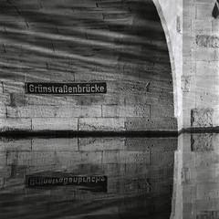 Grünstraßenbrücke (ucn) Tags: rolleiflexsl66 rolleiflex sw schwarzweis schwarzweiss sl66 bridge brücke bw blackandwhite adoxchs100ii rodinal sonnar250mmf56 filmdev:recipe=10405 berlin spreekanal