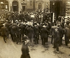 Outside Bow Street Magistrates' Court, c.1908-1914.