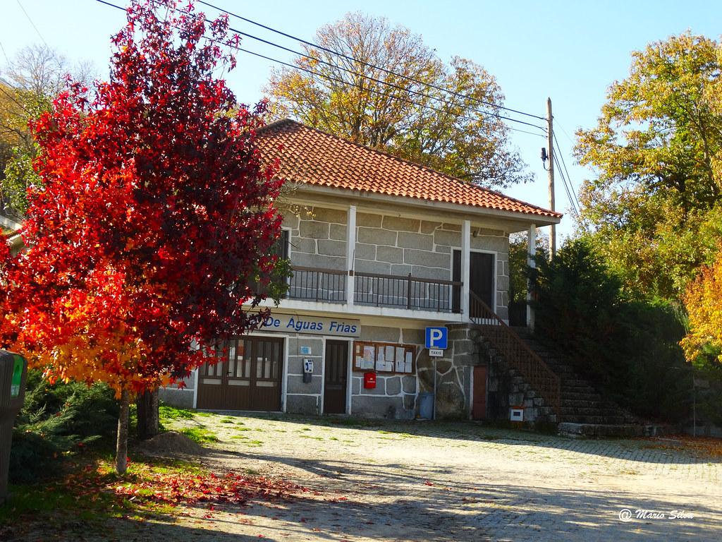 Águas Frias (Chaves) - ... junta de freguesia no outono - nov 2015