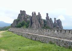 Belogradcsik, Sziklatornyok a várfalon túl