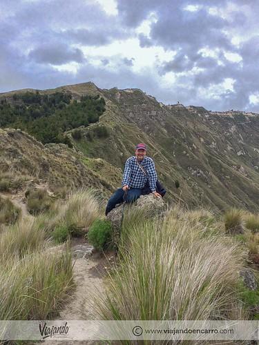 camino por el crater quilotoa