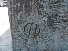 1999/2001 Rostock Künstlersignet am Möwenbrunnen mit Triton, Neptun, Proteus, Nereus von Waldemar Otto Bronze Neuer Markt in 18055 Mitte (Bergfels) Tags: bronze brunnen skulptur 1999 rostock triton neuermarkt proteus plastik neptun 19992001 fontäne klassik nereus brunnenfigur wasserspiel beschriftet 18055 waldemarotto wotto 1990er bergfels 20jh möwenbrunnen nach1989 skulpturenführer künstlersignet