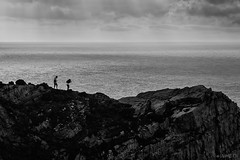 Paseos arriesgados (Jaime GF) Tags: sea bw cliff mar spain nikon couple pareja asturias bn acantilado gozn cabodepeas d40 viodo