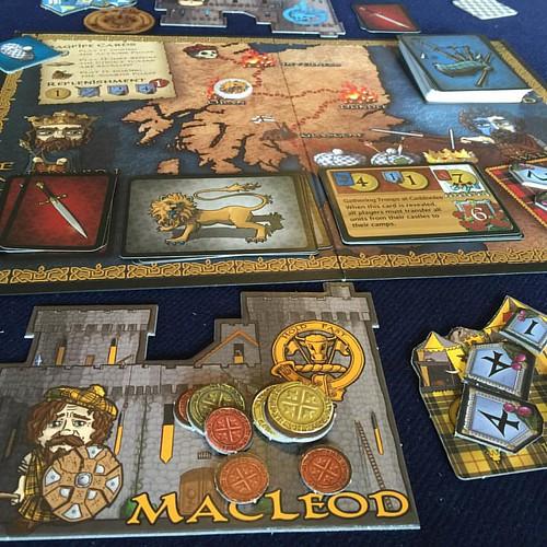 Swords and Bagpipes - เกมต่อสู้เพื่อเอกราชของสก๊อตแลนด์ เล่นเจ็ดตาจบ 2-6 คน ใช้เวลาไม่เกิน 45-50 นาที ทริคของเกมนี้คือการกำหนดให้ใครมีเงินมากสุดชนะ แต่จะชนะได้ก็ต้องไม่ทรยศชาติมากกว่าคนอื่นเกินไปด้วย มีเงินมากสุดไม่พอ แต่ละตาต่างคนต่างเลือกว่าจะต่อสู้เพื่