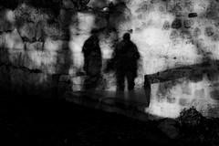 Quand les ombres complotent - When se shadows are spoken. (Chris, photographe de Nice (French Riviera)) Tags: ombre shadow noiretblanc blackandwhite bw shadows streetphotography photographiederue minimalist minimalisme modernart artmoderne photocontemporaine