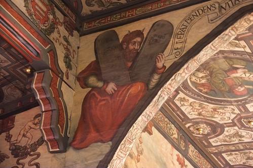 Mojżesz z rogami po lewej stronie łuku tęczowego w kościele w Boguszycach