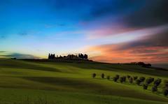 ... Sovrumani  silenzi, e profondissima quiete ... (Gio_guarda_le_stelle) Tags: sunset sera tuscany toscana landscape quiete colline nuvole cielo sky sofia