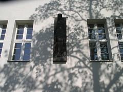 1926 Berlin Natur expressionistische allegorische Terrakottafigur Grunewald-Gymnasium Herbertstraße 2-6 in 14193 Grunewald (Bergfels) Tags: architekturführer skulpturenführer bergfels 1926 1920er 20jh weimarerrepublik berlin expressionismus allegorie terrakotta schule herbertstrase 14193 grunewald beschriftet skulptur plastik bauplastik bauschmuck