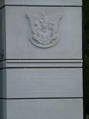 Herb rodu Dobrzynieckich na bramie do dworu w Dobrzyńcu