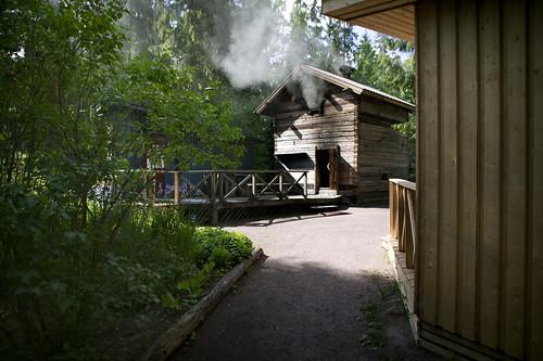 Hirvihaaran Kartanon savusauna lämpiää siperiankurjenmiekkojen kukkiessa