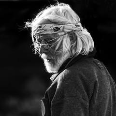 Interrogation Projet 365-11/365 (llyglad) Tags: projet365 portrait bandana sortirenbretagne marin lunettes josso projet bw nb llyglad jeanfrançoisjosso sreetlife desgensordinaires d800 nikon