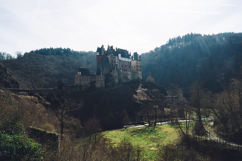 Finally! Eltz Castle! 🏰 It's one of the most beautiful and famous castles in Germany! Eltz Castle was on the reverse side of the 500 Deutsche Mark note too.