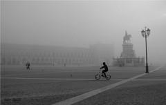 Manhã com neblina (Valcir Siqueira) Tags: street people bw portugal bike cityscape pb ruby10 ruby15