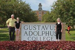IMG_0260.jpg (Gustavus Adolphus College) Tags: old family sign student day main move oldmain movein firstyear moveinday 201204 20150904