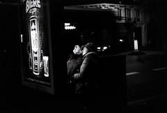 Touristes nocturnes (vidal.cuervo) Tags: street leica blackandwhite paris nb argentique analogical 2015 mtroparisien parisinblackandwhite parisennoiretblanc