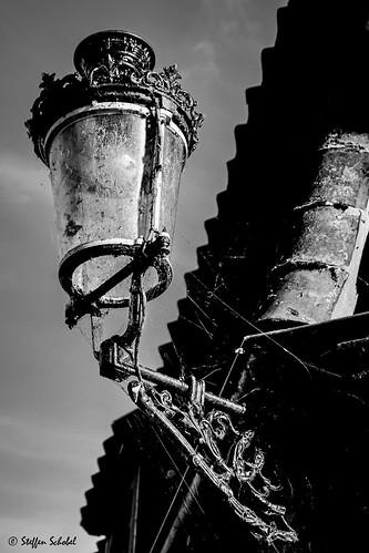 Illuminated old street lamp / Angeleuchtete alte Straßenlaterne