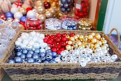 Bolas de Navidad (☼ Mrs ☼) Tags: navidad bolas xmas canon exterior mercadillo colores