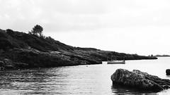 Pau gràfica (lluiscn) Tags: cala platja bn bw monochrome aigua playa beach menorca binisafuller barca barqueta roques rocas roca mediterrani sea mar mediterrània