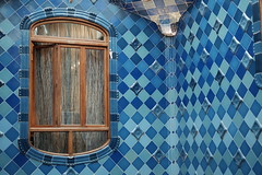 Window on Blue (sebastienvillain) Tags: barcelona barcelone spain espagne xf35mm xseries xe2 fuji fujifilm architecture window fenêtre wall mur casa maison house batllo gaudi blue
