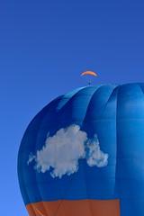 orange magique (Cédric Péclard) Tags: festival ballon château doex color couleurs bleu orange nuage ciel parapente
