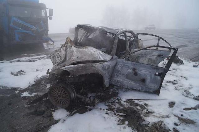ВСамарской области иностранная машина выгорела после столкновения с фургоном