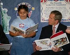 Buhs leyendo con una niña