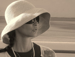 Ashley Judd (Lali) Tags: woman hat sunglasses sepia racetrack race speed mujer ashley fast pearls wife judd dario franchitti ashleyjudd