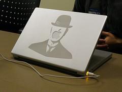 Son of Mac de Magritte na tampa de um PowerBook