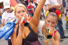 deutschland-argentinien 207 (Howie_Berlin) Tags: party people berlin argentina germany fun happy deutschland fan soccer watching fans goodbye worldcup fanfest argentinien fifa2006 fanphotos viertelfinale fanphoto fanmeile