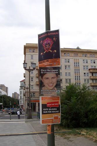 Bei der Plakatierung ist André Heller mittendrin in Deutschland.