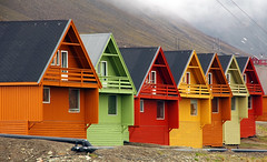Longyearbyen - Arctic colors #1 (R.Duran) Tags: house norway tag3 taggedout norge casa nikon tag2 tag1 gutentag d70s 100v10f svalbard arctic noruega woodenhouse spitsbergen 100club artico longyearbyen spitzbergen 50v5f 100vistas sigma18200mm lovephotography missedthetag challengeyouwinner ltytr1