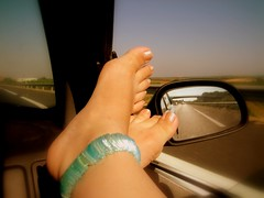 Ncar (Lou Rouge) Tags: road blue feet me car ventana foot mirror spain toes carretera voiture route coche dedos stg pieds piedi pulsera fnetre lourouge ncar retofs2