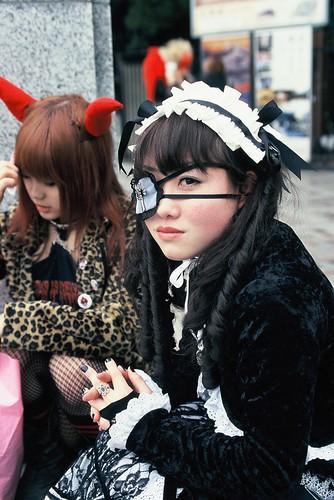 Japonesas vestidas de mucama y diabla