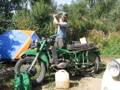 Spencer, a fellow traveller who bought a Russian motorbike and claims it is a love hate relationship / カラコル町のYak Tours Hostelというホステル(キルギス)