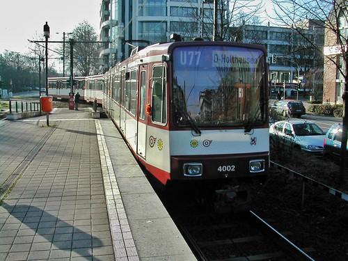 B80 Doppeltraktion der Rheinbahn im Januar 2004 auf der Linie U77 bei der Ausfahrt aus der Haltestelle Prinzenallee in Düsseldorf