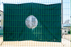 Fenced friday (Daegeon Shin) Tags: fencedfriday nikon d750 nikkor 50mm 50mmf12 mf manualfocus fence valla friday viernes tenniscourt lookthrough 니콘 니콘렌즈 수동 수동렌즈 울타리 금요일 테니스장 dof 심도