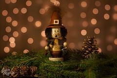 Christmassy Still Life I - The Smoker (Das Räuchermännchen) (judithrouge) Tags: christmas weihnachten cone pinecone smoker tannenzapfen räuchermännchen deko christmassy weihnachtlich räuchermann
