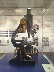 2016-04-14 19 14 05 (Pepe Fernández) Tags: microscopio instrumento urna vitrina