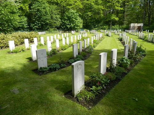 Ploegsteert Wood: CWGC Rifle House Cemetery (Hainaut)