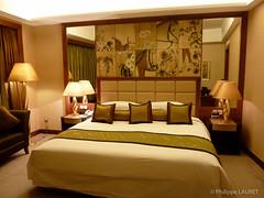 Kempinski, Shenzhen (Philippe LAURET, Paris) Tags: china architecture cn gold hotel bed bedroom couleurs or guangdong shenzhen lit chambre pays chine intrieur edifice htel guangdongsheng shenzhenshi htelkempinski