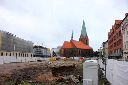 "Baustelle und Nikolaikirche • <a style=""font-size:0.8em;"" href=""http://www.flickr.com/photos/69570948@N04/22704957759/"" target=""_blank"">View on Flickr</a>"