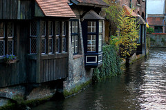 Room With A View (Элвин Ваутерсе) Tags: room view canal river town village belgium belgie bruges brugge gorgeous windows window roof trees dakpannen water flowers europa europe europeanflemish vlaams tourist tourism attraction skylinestudio elwinw nikon d40 raam be outdoor serene